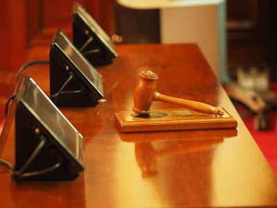 https://pixabay.com/it/photos/giudice-martello-sentenza-corte-1587300/